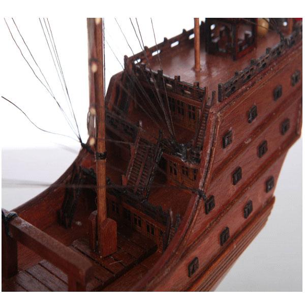 购买须知: 1.纯手工木质工艺品,雕刻纹路会略有差异,属正常现象,不影响使用! 2.对于没有加装玻璃罩的客户,在您摆放一定时间后,船体上的灰尘您可以用吹风机吹去,也可以用湿布轻轻擦拭。 适用范围:贵宾礼品、贵宾礼物、高档礼物、高档礼品、奢侈礼品、送礼收藏品、艺术收藏品、手工艺术品、手工礼品、古典礼品、奢华礼物、手工奢侈品、奢侈艺术品、艺术模型、纯手工模型、船模型、大厅摆设、公司摆设、高档摆设、奢侈摆设、书房摆设、手工奢侈品、工艺船模、手工船模、木雕工艺品、高档木雕、高端礼物、高端礼品、奢侈木雕、手工工艺品