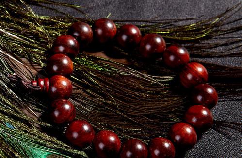 酸枝是一种比较稀少,珍贵的木材,因此酸枝佛珠不仅能够为佩戴者带来